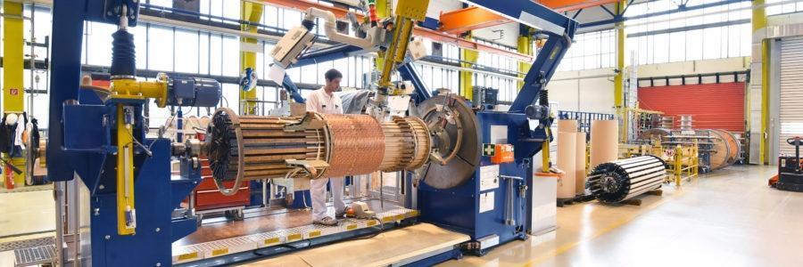Maschinenbau - Mann bedient Maschine zum wickeln von Kupfer für einen Transformator // Mechanical engineering - man works machine for winding copper for a transformer
